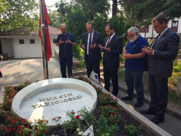 Delegacioni i Alternativës këndoi Fatiha te varri i Muhsin Jazëxhëogllu-t