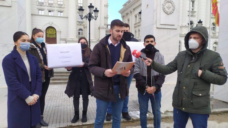 Forumet e Rinisë të koalicionit Aleanca për Shqiptarët & Alternativa: Kryeministër, po t'i japim dy kuti me vaksina, veç mos u tall me qytetarët
